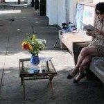 O masuta pentru cafea, intr-o statie de autobuz