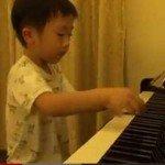 Are 5 ani si este un virtuoz al pianului