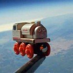 Un tren de jucarie in Spatiu
