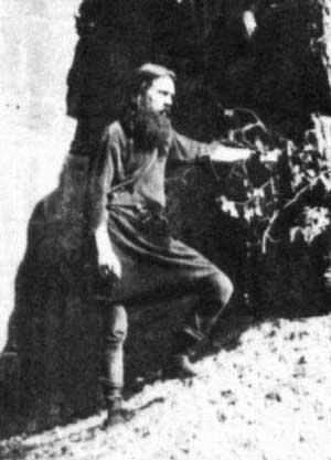 Gustav Gräser în fața intrării în grota sa din Asconei.